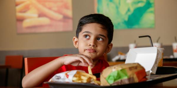 De mauvais régimes alimentaires nuisent à la santé des enfants partout dans le monde, alerte l'UNICEF